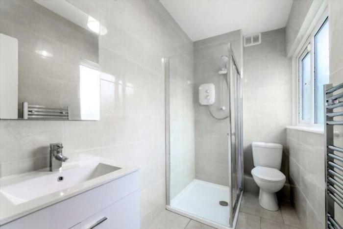 tips to make small bathroom look bigger